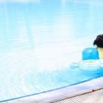 赤ちゃんのプール遊びはいつから?おむつやプールの塩素も気になる!